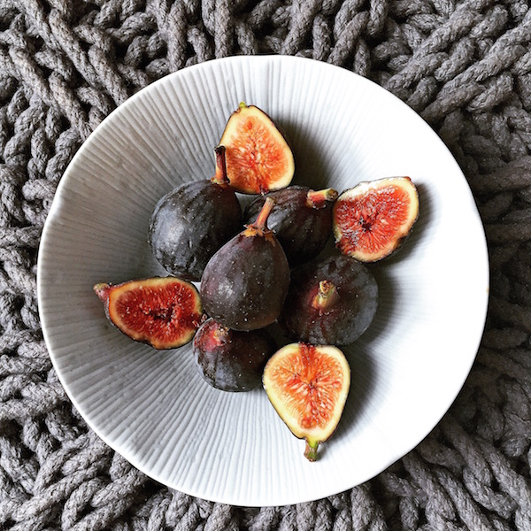 fresh figs in a bowl by Isabelle Steichen of The Plantiful blog